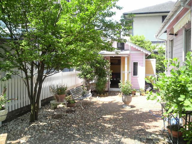 自宅の庭のフェンスと初代犬小屋