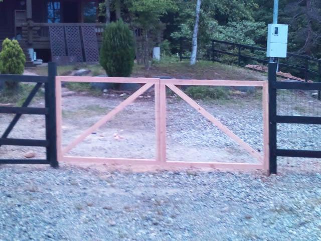 フェンス開口部の自作の扉
